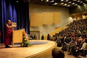 """Его Святейшество Далай-лама выступает перед студентами Содертонского университета с беседой на тему """"Гуманный подход к миру на Земле"""".  Стокгольм, Швеция. 15 апреля 2011."""