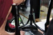 Его Святейшество Далай-лама подписывает стул в Музее Нобеля. Этой традиции следуют все посещающие музей нобелевские лауреаты. Стокгольм, Швеция. 15 апреля 2011. Фото: Тензин Такла (Офис ЕСДЛ)