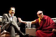 """Его Святейшество Далай-лама с ведущим Йоханом Вестером на встерче """"Знакомьтесь, Далай-лама"""" в Лунде, Швеция, 16 апреля 2011. Фото: Лотта Гилленстен/Офис Е.С.Далай-ламы в Лондоне"""