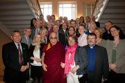 Его Святейшество Далай-лама с советом директоров и сотрудниками шведской организации Individual Relief (IM) в Лунде, Швеция, 16 апреля 2011. Фото: Лотта Гилленстен/Офис Е.С.Далай-ламы в Лондоне