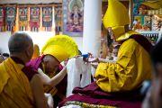 Профессор Самдонг Ринпоче делает традиционные подношения Его Святейшеству Далай-ламе во время молебна о долголетии. Дхарамсала, Индия. 22 апреля 2011. Фото: Тензин Чойджор (Офис ЕСДЛ)