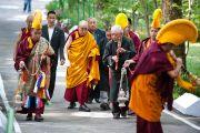 Его Святейшество Далай-лама направляется к храму, в котором будет проведен молебен о долголетии, организованный Центральной тибетской администрацией. Дхарамсала, Индия. 22 апреля 2011. Фото: Тензин Чойджор (Офис ЕСДЛ)
