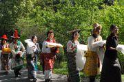 Сотрудники Центральной тибетской администрации с традиционными подношениями во время молебна о долголетии Его Святейшества Далай-ламы, организованного Центральной тибетской администрацией. Дхарамсала, Индия. 22 апреля 2011. Фото: Тензин Чойджор (Офис ЕСДЛ)