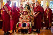 Оракул Нечунга готовится к встрече с Его Святейшеством Далай-ламой во время молебна о долголетии, организованного Центральной тибетской администрацией. Дхарамсала, Индия. 22 апреля 2011. Фото: Тензин Чойджор (Офис ЕСДЛ)