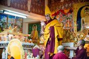 Его Святейшество Далай-лама приветствует собравшихся на проведение молебна о долголетии, организованного Центральной тибетской администрацией. Дхарамсала, Индия. 22 апреля 2011. Фото: Тензин Чойджор (Офис ЕСДЛ)