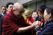 По дороге в США Его Святейшетсво Далай-лама прибыл в Токио, где 29 апреля примет участие в публичном молебне в память о жертвах землетрясения и цунами. Токио, Япония. 28 апреля 2011. Офис ЕСДЛ
