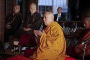 Его Святейшество Далай-лама в храме Гококудзи молится о жертвах разрушительного землетрясения и цунами, обрушившихся на Японию в марте этого года. Токио, Япония. 28 апреля 2011.