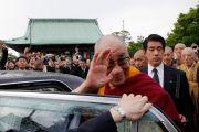 Его Святейшество Далай-лама уезжает из храма Гококудзи после проведения совместного молебна о жертвах землетрясения и цунами в храме Гококудзи. Токио, Япония. 29 апреля 2011. Фото: Офис ЕСДЛ