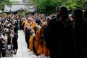 Японские и тибетские монахи входят в храм Гококудзи. Токио, Япония. 29 апреля 2011. Фото: Офис ЕСДЛ