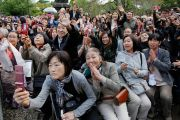Люди фотографируют Его Святейшество Далай-ламу на выходе из храма Гококудзи. Токио, Япония. 29 апреля 2011. Фото: Офис ЕСДЛ