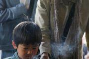 Люди пришли в храм Гококудзи, чтобы помолиться о жертвах землетрясения и цунами. Токио, Япония. 29 апреля 2011. Фото: Офис ЕСДЛ