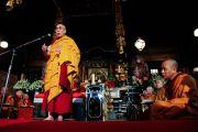 Его Святейшество Далай-лама обращается к собравшимся в храме Гококудзи (более 4000 человек) со словами утешения и надежды. Токио, Япония. 29 апреля 2011. Фото: Офис ЕСДЛ
