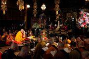 Его Святейшество Далай-лама возглавил большой совместный молебен о жертвах землетрясения и цунами. Токио, Япония. 29 апреля 2011. Фото: Офис ЕСДЛ