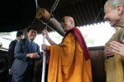 Его Святейшество Далай-лама бьет в колокол в храме Гококудзи. Токио, Япония. 29 апреля 2011. Фото: Офис ЕСДЛ