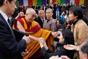 Его Святейшество Далай-лама пожимает руки людям, пришедшим на совместный молебен о жертвах землетрясения и цунами в храме Гококудзи. Токио, Япония. 29 апреля 2011. Фото: Офис ЕСДЛ