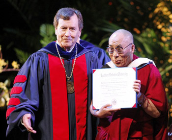 Его Святейшество Далай-лама получил степень почетного доктора Южного методистского университета
