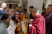 Его Святейшество приветствует своих последователей. Лонг-Бич, штат Калифорния. 2 мая 2011. Фото: Дон Фарбер.
