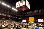В университете Южной Калифорнии на лекции Его Святейшества Далай-ламы «Светская этика, человеческие ценности и общество». Лос-Анджелес, штат Калифорния. 3 мая 2011.