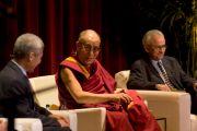 Его Святейшество Далай-лама во время дискуссии «Светская этика: истоки, основы и роль в обществе» в университете Южной Калифорнии. Лос-Анджелес, штат Калифорния. 3 мая 2011.
