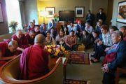 Его Святейшество Далай-лама на встрече с членами центра Ганден Шарце в городе Лонг-Бич, штат Калифорния. 3 мая 2011.