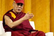 Его Святейшество Далай-лама во время лекции «Светская этика, человеческие ценности и общество». Лос-Анджелес, штат Калифорния. 3 мая 2011.
