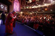Его Святейшество Далай-лама приветствует собравшихся на дискуссию «Светская этика: истоки, основы и роль в обществе» в университете Южной Калифорнии. Лос-Анджелес, штат Калифорния. 3 мая 2011.