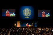 """Его Святейшество Далай-лама читает лекцию """"Сострадание и глобальное лидерство"""" в Калифорнийском университете в Ирвайне. 4 мая 2011"""
