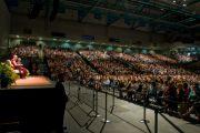 На лекции Его Святейшества Далай-ламы о сострадании и глобальном лидерстве в Калифорнийском университете в Ирвайне. 4 мая 2011
