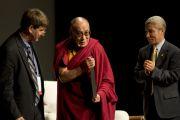 """Его Святейшество Далай-лама на вручении награды """"Международной амнистии"""". Лонг-Бич, штат Калифорния. 4 мая 2011"""