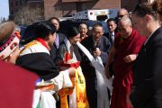 Члены тибетской общины Миннесоты делают традиционные подношения Далай-ламе. Сент-Пол, штат Миннесота. 7 мая 2011.