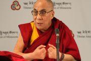 Его Святейшество Далай-лама во время пресс-конференции. Миннеаполис, штат Миннесота. 7 мая 2011.