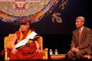 """Его Святейшество Далай-лама отвечает на вопросы слушателей после лекции """"Обретение мира на Земле через внутреннее умиротворение"""". Университет Миннесоты, Миннеаполис, США. 8 мая 2011."""