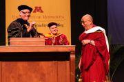 Его Святейшество Далай-лама во время во время вручения ему диплома почетного доктора университета Миннесоты, Миннеаполис, США. 8 мая 2011.