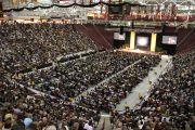 """Во время лекции Его Святейшества Далай-ламы """"Обретение мира на Земле через внутреннее умиротворение"""". Университет Миннесоты, Миннеаполис, США. 8 мая 2011."""