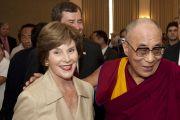 В Южном методистском университете Его Святейшество Далай-ламу встретила Лора Буш. Даллас, штат Техас. 9 мая 2011. Фото: Hillsman S Jackson