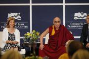 Его Святейшество Далай-лама отвечает на вопросы слушателей после беседы с президентом Дж.У.Бушем в президентском центре. Даллас, штат Техас. 10 мая 2011. Фото: Layne Murdoch