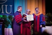 Его Святейшество Далай-лама с дипломом почетного доктора Южного методистского университета. Даллас, штат Техас. 9 мая 2011. Фото: David Leeson