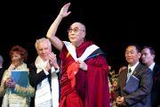 Его Святейшество Далай-лама приветствует собравшихся на 10-м Хартовском форуме глобальных лидеров в Южном методистском университете. Даллас, штат Техас. 9 мая 2011. Фото: Hillsman S Jackson
