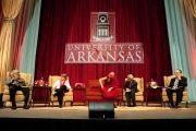 """Его Святейшество Далай-лама принял участие в дискуссии """"Перековать мечи на орала: многообразие путей ненасилия"""" в университете Арканзаса. Файеттвиль, штат Арканзас. 11 мая 2011"""