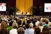 Его Святейшество Далай-лама во время публичной лекции в университете Арканзаса. Файеттвиль, штат Арканзас. 11 мая 2011