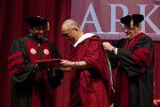 Его Святейшество Далай-лама принимает диплом почетного доктора университета Арканзаса. Файеттвиль, штат Арканзас. 11 мая 2011