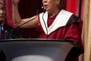 """Его Святейшество Далай-лама во время лекции """"Ненасилие в новом столетии: путь вперед"""". Файеттвиль, штат Арканзас. 11 мая 2011"""