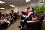 В перерыве перед лекцией Его Святейшество Далай-лама обратился с краткой речью к небольшому количеству специально приглашенных гостей. Файеттвиль, штат Арканзас. 11 мая 2011