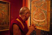 Его Святейшество Далай-лама знакомится с экспозицией выставки тибетсого искусства в музее Ньюарка, штат Нью-Джерси. 13 мая 2011. Фото: Raymond Adams