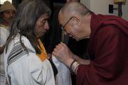Его Святейшество Далай-лама и участник саммита из Колумбии. Ньюарк, штат Нью-Джерси. 14 мая 2011. Фото: Sonam Zoksang