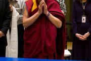 Его Святейшество Далай-лама молится перед песчаной мандалой в музее Ньюарка, штат Нью-Джерси. 13 мая 2011. Фото: Raymond Adams