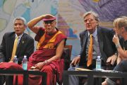 Его Святейшество Далай-лама, д-р Туптен Джинпа, Роберт Турман и Джоди Уильямс слушают вопрос во время Мирного образовательного саммита в Ньюарке, штат Нью-Джерси. 14 мая 2011. Фото: Sonam Zoksang