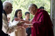 Его Святейшество Далай-лама встречает бывшего заместителя премьер-министра Индии Лал Кришну Адвани с дочерью в своей резиденции в Дхарамсале, Индия. 18 мая 2011. Фото: Тензин Чойджор (Офис ЕСДЛ)