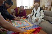 Его Святейшество Далай-лама подписывает тханку, которую он преподнес в подарок бывшему заместителю премьер-министра Индии Лал Кришне Адвани. Дхарамсала, Индия. 18 мая 2011. Фото: Тензин Чойджор (Офис ЕСДЛ)