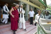 Его Святейшество Далай-лама провожает бывшего заместителя премьер-министра Индии Лал Кумара Адвани к машине после встречи в своей резиденции в Дхарамсале, Индия. 18 мая 2011. Фото: Тензин Чойджор (Офис ЕСДЛ)